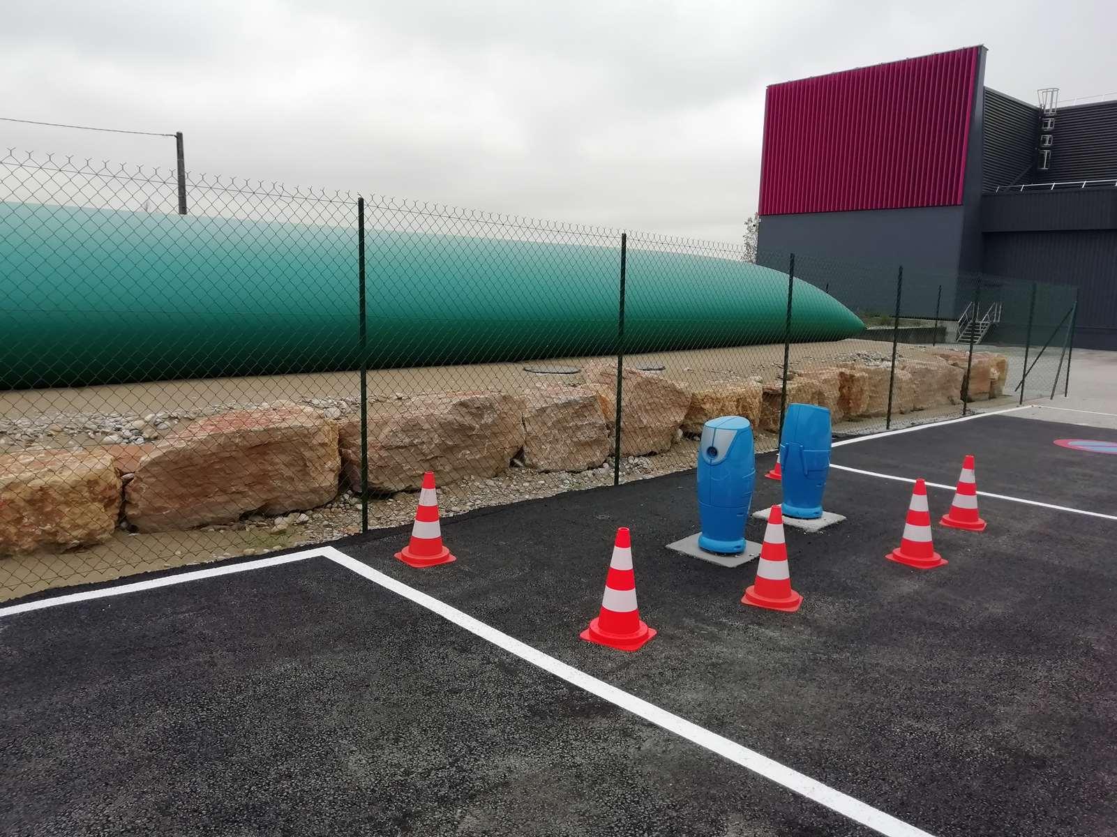poteaux d'aspiration branchés à une citerne souple site logistique vente privée à Montluel dans l'Ain près de Lyon